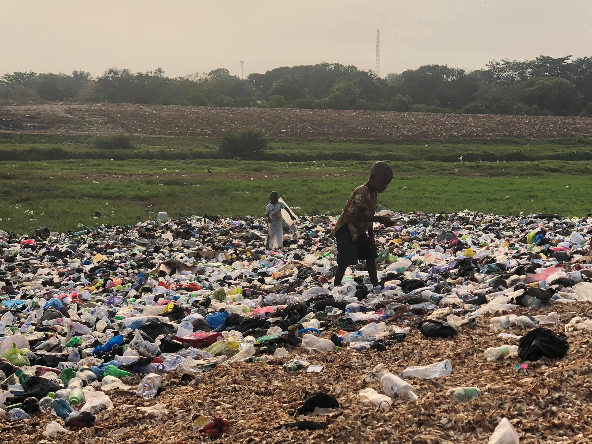ゴミ山で生活するスラム街の子供達