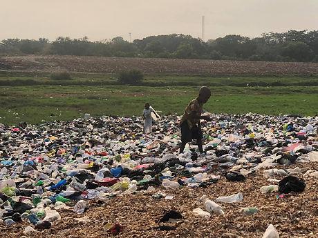 アグボグブロシーのゴミ山で暮らす子供たち.jpg