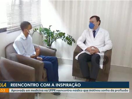 Aprovado em medicina na UFPR reencontra o professor Emanuel, que o inspirou a seguir a carreira: