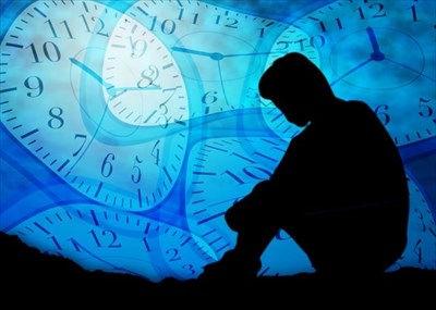 人のシルエットと時計