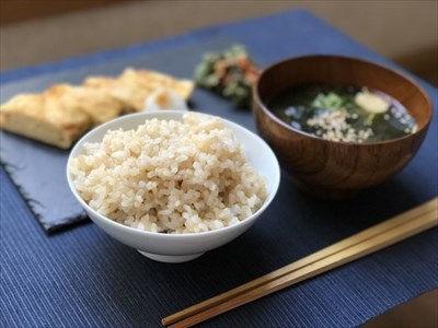 テーブルの上に置かれている和食