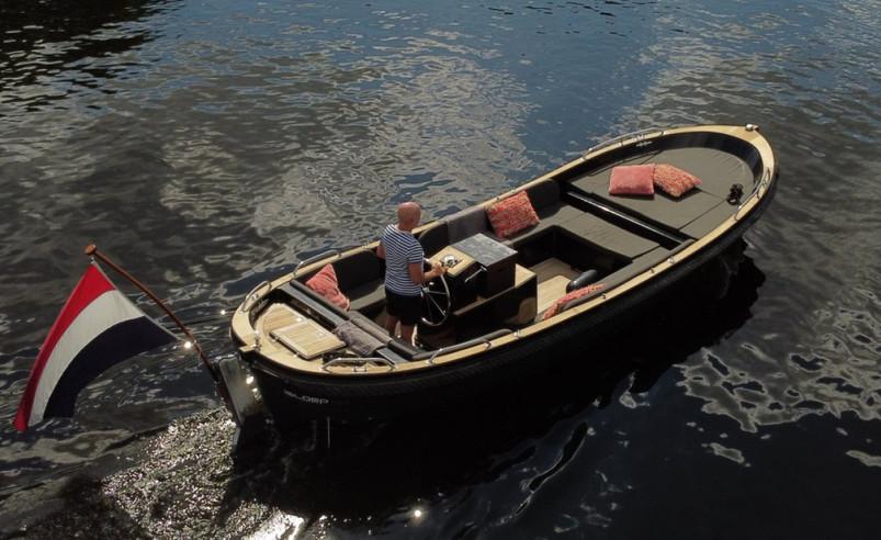 """Het """"Champagnemodel"""" van Isloep 735! Audio is uitgerust met extra bass-speaker. Ideale sloep voor rustig samen varen of met vrienden. Niet alleen over open water maar ook in de stad is de sloep goed te gebruiken. Extra wendbaar door de boegschroef.    Merk:Isloep  Type:735 Grey Edition  Lengte (m):7.35  Breedte (m):2.35  Diepgang (m):0.45  Conditie:Gebruikt  Bouwjaar:2008    Rompmateriaal:Polyester  Doorvaarthoogte (m):0.95  Ligplaats:Kudelstaart  Postcode ligplaats:1433GL  Ligplaats Land:Nederland  Kabelaring:Zwart  Dekbeslag:Teak  Rompkleur:Grijs  Beleving:Dagje Op Het Water, Groepsvaren, Gezellig Door De Grachten, Onderhoudsvriendelijk, Pleziervaart    Merk:Yammar  Type:3 Cylinder  Bouwjaar motor:2008  Soort motor:Binnenboordmotor  Vermogen in PK:21  Vermogen in kW:15  Start type:Elektrisch  Aandrijving:Vaste Schroef  Brandstof:Diesel  Draaiuren:2000  Inhoud brandstoftank (liters):42  Aantal accu's:2    """
