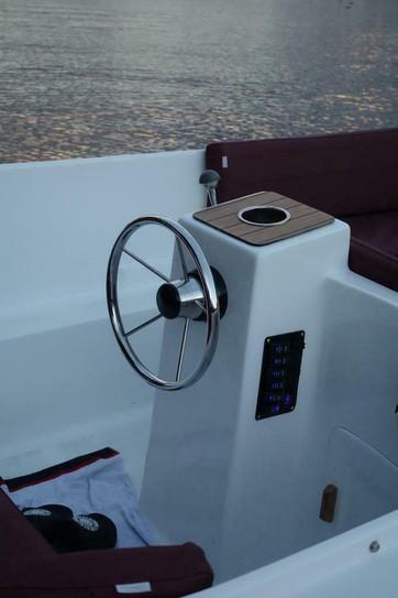 Prachtige ruime sloep voor 7 personen sloep 500 + 20PK 4takt Mercurymotor incl. 5 jaar garantie op de motor  Afmetingen (LxB): 500x 195cm  - ankerluik - Mooie rode Luxe kussenset - Zwarte cabriokap - Zonnebed - 12volt aansluiting autolader - usb aansluiting - sfeerverlichting - bekerhouders - navigatie verlichting - RVS Zwemtrap - Opbergruimtes rondom - Elektrisch gestart - Stuurconsole - luxe gashendel - Zwarte kabelaring - Draagbare tank - zelflozend met een automatische bilge pump - Dekzeil - vlager hanger - RVS kikkers - 4takt motor (voldoet aan alle milieu-eisen) - Andere toebehoren - Geen registratie en geen vaarbewijs nodig!!  Mooie complete sloep ik heb ook de onderhoud net gedaan vorige week olie ververst en de filters veranderd bij de Mercury dealer in aalsmeer factuur aanwezig