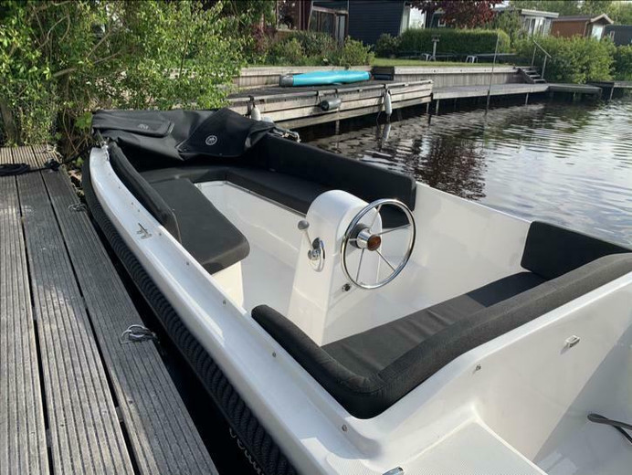Schitterende admiraal 475 sloep met diepe zit! Boot is zelf ook aardig diep en ligt stabiel in het water ,met een tohatsu 9,8 pk 4 takt buitenboordmotor! Set komt uit juni 2019.  Deze schitterende set heeft plusmin 25 vaaruren gemaakt en is als nieuw!! Geen plekje te bekennen.