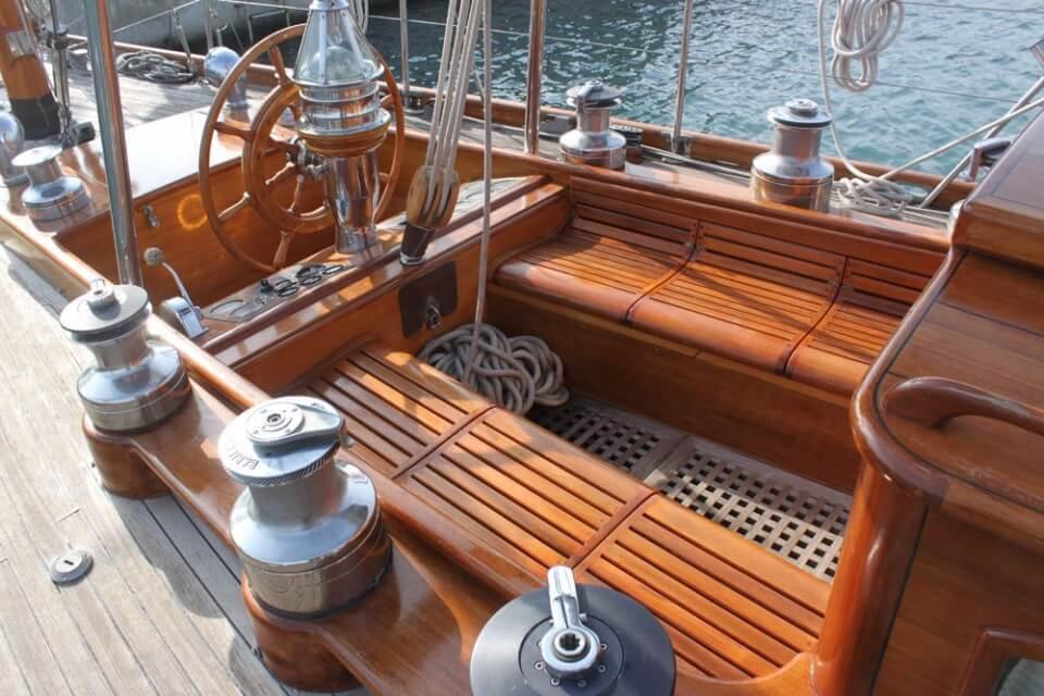 classic-sailing-yacht-ivanhoe-cockpit-af