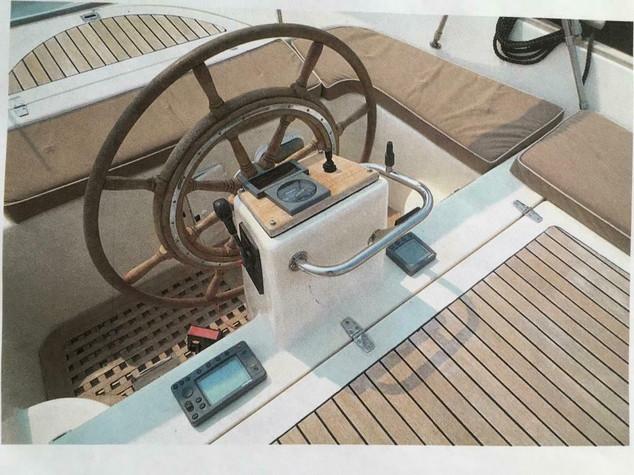 Dit betreft een schitterende Jan Van Gent 10.35 met de krachtigste, geruisloze en zuinige 315 PK Yanmar 6 cilinder turbo Diesel motor uit de Jan van Gent vloot. Maximale snelheid ca. 40 km/uur. Gemiddeld verbruik bij normaal varen 3 liter per uur.  Vraagprijs: € 55.000,- Merk :Jan Van Gent Model :10.35 Bouwjaar :2001 CE Gekeurd :Categorie C Schoonwatertank :70 liter, maar 10 jaar niet bij ons in gebruik geweest  Lengte :10.35 m Breedte :3.30 m Diepte :0.72 m  Merk Motor :Yanmar Type Motor :6LPA-STP Vermogen :315 PK Aantal cilinders :6 Brandstof :Diesel Brandstoftank rvs inhoud :2 x 120 liter  De sloep is zeer compleet uitgerust met o.a. de volgende accessoires: Accu's zowel boegschroef als motoraccu nieuw geplaatst (april 2020) Acculader plus walstroom Boegschroef Vetus 3 KW Koelkast Radio CD Speler met MP3 aansluiting, merk Sony Buitenboxen 4x Brandblusser Ankerbak met anker en lijn RVS vaste zwemtrap RVS zeerailing RVS verhaalklampen Teak ingelegd op bakskisten / dekdelen Teak blokvlonders in kuip Grote teak kuiptafel Teak vlaggenstok met vlag Teakhouten stuur Vaste trimvlak (vleugel) c.q. Zwemplateau Sprayrail op onderwaterschip Gehele kuipkussenset Zonnebedkussens Navigatieverlichting Log- diepte- en snelheidsmeter Raytheon Tridata ST60 Kaartplotter/GPS Raytheon RC 320 ( exclusief kaart) Marifoon aansluiting Shipmate + speaker (incompleet) Biminitop over de gehele kuip Biminitop over de stuurstand met hoes Stuurstandhoes Buiskap bij ons 10 jaar niet in gebruik geweest, staat in opslag. Een paar stiksels zijn los en dient vermoedelijk vernieuwd te worden Waterdruksysteem Buitendouche Walstroom Tankmeters (defect) Droogtoilet Afsluitbare bergruimten Zelflozende kuip Kabelaring plus kopleguaan 4 fenders Touwen 2 v snaren vervangen in juli 2020 1895 vaaruren
