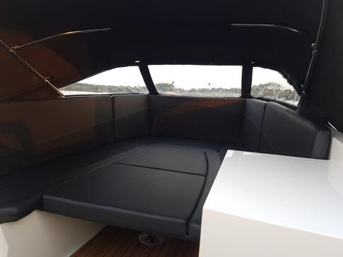 GLOEDNIEUWE TENDER 690 COMPLEET MET BUISKAP, TEAKVLOER, TAFEL, BUNKUSSEN EN DIAMANT KUSSENSET!    GLOEDNIEUWE TENDER 690 TE KOOP! Het gaat hier om een nieuwe, stoere tendersloep met veel comfort. De teakvloer en gewatteerd kussenset geven de boot een luxe uitstraling met veel comfort. Verder beschikt de boot over: - 20 PK Mercury POWER TRIM motor (elektrisch gestart met afstandbediening) - Gewatteerd kussenset - Bunkussen - Ingebouwde trappen - Tafel - Zonnedek - Teakvloer (+500 euro) - Buiskap met dekkleed ( +1500 euro) - Trailer nieuw (+1750 euro) Set is compleet en nieuw. Nieuwe trailer eventueel bij te leveren