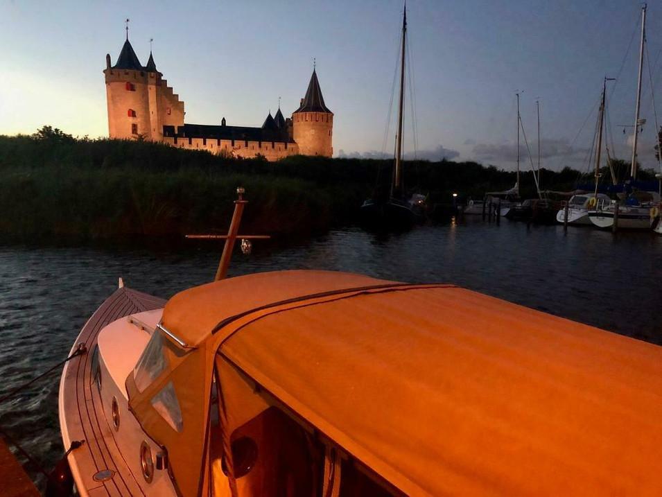 Superleuke kajuitboot met een lage doorvaarthoogte en geringe diepgang om mooie tochten te maken over de binnenwateren. In de Biesbosch, Friesland, Zeeland of dwars door Utrecht of Amsterdam, het kan allemaal!