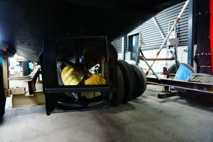Unieke verschijning op het water, geen tupperware of oude reddingssloep maar een echte originele Marine sloep die aan boord stond van een marine fregat. Zwaar gebouwd met de beste materialen om minstens100 jaar mee te gaan. door de jaren heen goed onderhouden en in perfecte staat.    Te koop originele marine sloep m112 serie wm2 bouwjaar 1948 Afmetingen 8,5 meter lang en 2,5 meter breed Met veel moderne upgrades oa: 2014 nieuwe Vetus motor m4-55 4 cilinder 55pk turbo diesel die nu slechts 220 uur gedraaid heeft 2014 Python drive stuwdruk lager 2018 zware Vetus 55 kgf boegschroef met nieuwe extra zware accu 6-2020 2019 nieuwe antifouling 2019 Victron omvormer 12-220 volt 800 watt 2019 nieuwe koelkast 2019 custom made zwaar rvs zwemplateau met teakhout 2019 nieuwe rvs handrailing voor en achter 2020 nieuw afdekzeil over de hele boot 2020 schroef gebalanceerd en spoed aangepast 2020 hydraulische besturing met Vetus pomp 2020 rompgeschilderd Accu scheidings diodeblok voor drie accus Pomp toilet Kunstof Vetus brandstof tank Teakdek Mahonie en teak interieur Origineel bronzen stuurwiel Teak banken met kussens Dashboard met toerenteller, voltmeter, tankmeter, temperatuur meter, ampere meter verstelbare trimvlappen  Grote open kuip doordat de motor voorin zit in de machine kamer Zwaar gebouwde boot met de beste materialen, inmiddels 70 jaar oud en nog steeds als nieuw. de karveel gebouwde romp vertoond geen enkele vorm van slijtage. Mooi gelijnde sloep die soepel door het water snijd. Kan hele grote golven aan door de hoge boeg. Heeft vroeger dienst gedaan als tender op een Nederlands marine fregat. Hij stond op het dek gestald in een bok, de beschermplaten waarmee hij in de bok ruste zitten nog op de romp. Motor draait mooi rustig en is zuinig in gebruik. Veel aan gedaan de laatste twee jaar maar gaat nu weg ivm aanschaf van grotere boot.