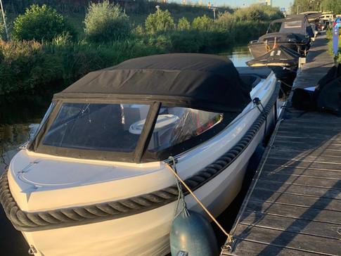 GLOEDNIEUWE TENDER 690 TE KOOP!  Het gaat hier om een nieuwe, stoere tendersloep met veel comfort. De teakvloer en gewatteerd kussenset geven de boot een luxe uitstraling met veel comfort. Verder beschikt de boot over:  - 20 PK Mercury POWER TRIM motor (elektrisch gestart met afstandbediening) - Gewatteerd kussenset - Bunkussen - Ingebouwde trappen - Tafel - Zonnedek - Teakvloer (+500 euro) - Buiskap met dekkleed ( +1500 euro) - Trailer nieuw (+1750 euro)  Set is compleet en nieuw. Voor meer info kunt u bellen naar [hidden information].  Nieuwe trailer eventueel bij te leveren.