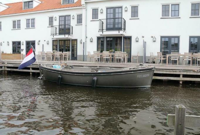 Deze prachtige Seafury 800 uit 2017 is vanaf 26 augustus a.s. beschikbaar. Prachtige sloep met een 42 pk diesel motor met nagenoeg alle opties die je kunt bestellen. Voorste gedeelte kan een lig of slaapplaats van worden gemaakt. Alles daarvoor is uiteraard ook aanwezig. (Aantal varen uren zal rond 26 augustus rond 300 - 350 uur zijn) Boot ligt in de winter altijd keurig in een overdekte stalling. Onderhoud uitgevoerd volgens schema dealer, deze heeft ook het onderhoud verzorgd.  Voor deze prachtig sloep heb je geen vaarbewijs nodig !  Op afspraak is de boot te bezichten, ligplaats regio Hilversum/Loosdrecht   De boot is voorzien van o.a.; Hydraulische besturing Kussenset incl. rugrol - Sunbrella 28 PK Vetus diesel RVS stootstrip rondom RVS railingen voor en achter Stazo stuurwiel 80cm PVC Luxe buiskap Navigatieverlichting Slaap en zonnedek uitbreiding: incl. kussens Flexiteek op de motorkist 12 volt aansluiting (3 stuks) Antifouling Waterlijn 12 volt koelbox Brandblusser 61 liter dieseltank Brandstofmeter Motorhuis geïsoleerd RVS trimtab buizen Bilgepomp met elektronische vlotter RVS watergesmeerde schroefas Polyester aangehangen roer met RVS beslag RVS touwklampen RVS boeg- en roerbescherming 105 amp accu Noodhelmstok Life-lines 4 RVS kikkers 4 RVS fenderogen 2 Fenders 2 Landvaste Boogschroef Gehele boot voorzien van Flexiteek Bluetooth / Audio systeem Toeter Kabelaring RVS zwemtrap 2e accu Kuipverlichting Koellade Flexiteek tafel Lederlook bekleding  Nieuwprijs € 73.580 inclusief btw (btw van deze boot is verekenbaar voor ondernemers omdat dit een zakelijk aankoop is geweest)