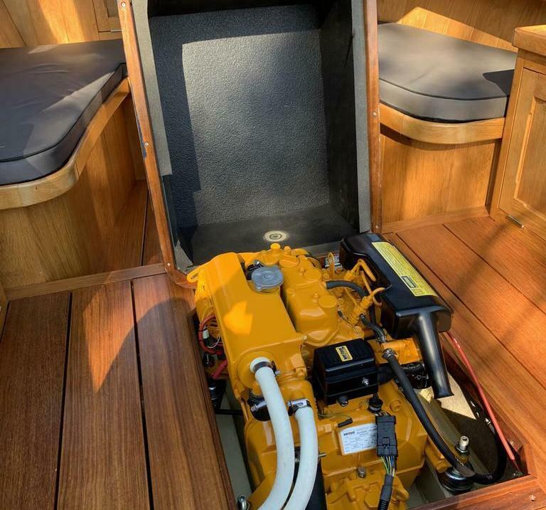 Stalen sloep te koop, 6M (8 tot 10 pers.) inboard diesel motor 16PK, Aanbieding: 24.500€.Goed onderhouden Stalen Sloep, uitgerust met een stille en zeer zuinige inboard dieselmotor. Deze mooie sloep is door een scheepstimmerman helemaal bekleed met het mooiste hout.