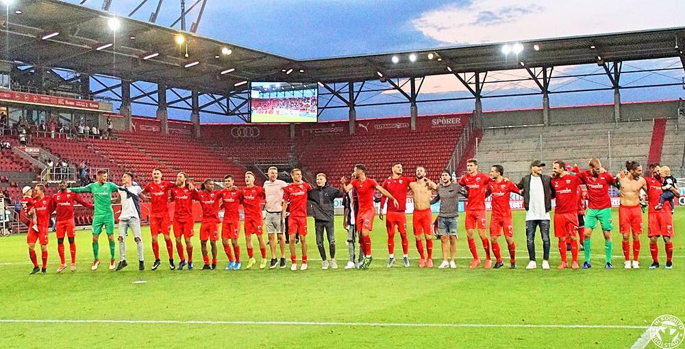 Die Mannschaft jubelt nach Abpfiff mit den Fans