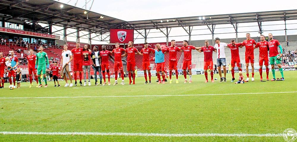Die Spieler feiern nach Abpfiff gemeinsam mit den Fans den ersten Heimsieg der Saison
