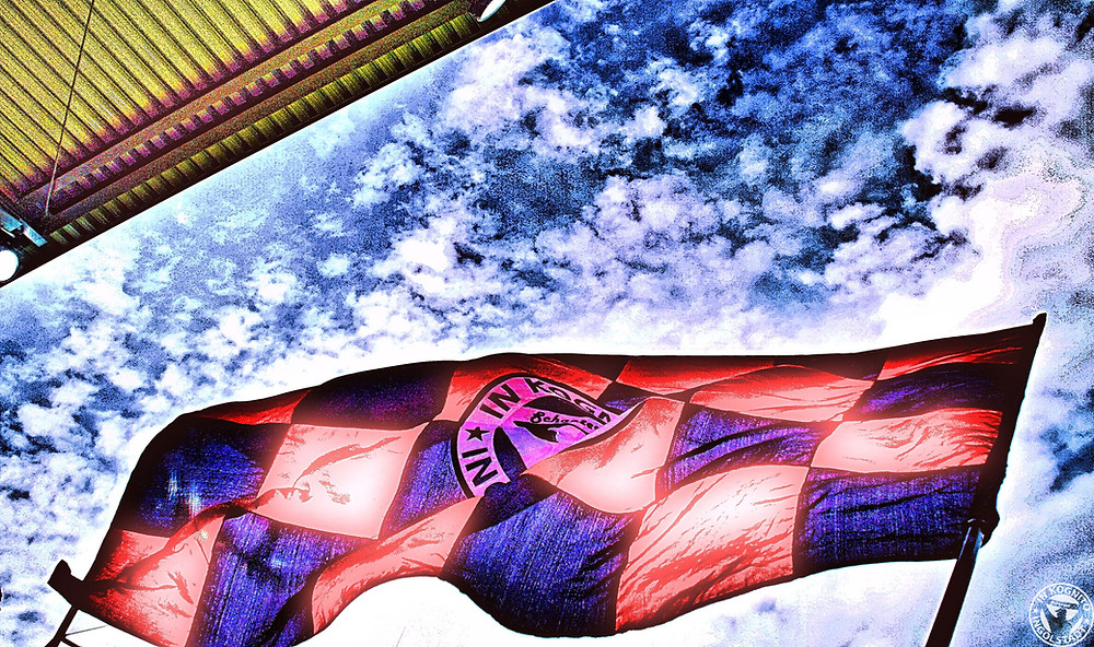 Inkognito-Fahne vorm weiß-blauen Himmel