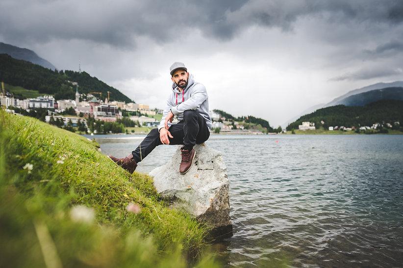 Daniele Sette am See von St. Moritz im Engadin mit Blick zur Corviglia auf die Audi FIS Skiweltcup Rennstrecke. Seit Daniele Sette laufen kann fährt er Ski und ist mit grosser Passion und viel Liebe dem Skirennsport verfallen. Im Skiweltcup will er nicht nur Weltcuppunkte sammeln sondern um Siege fahren und so zum einem der besten Skirennfahrer der Schweiz und der Welt zu werden. Daniele Sette hat nie aufgegeben und wird es auch niemals.