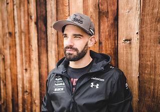Daniele Sette Portrait - Daniele Sette, aufgewachsen in St. Moritz im Engadin, ist unter den besten Schweizer Skirennfahrer und kämpft seit mehreren Jahren um FIS Weltcuppunkte mit Fokus auf Riesenslalom. Ein Talent mit eisernem Willen ohne aufzugeben. Schnee und Ski sind seine Liebe und deshalb gibt er alles um zu gewinnen und zuoberst auf dem Weltcup Podest zu stehen.