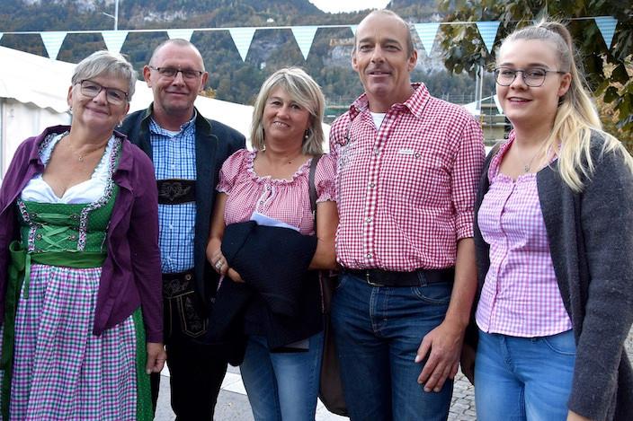 Elsbeth und Hans Tellenbach (links) sind erfahrende Oktoberfestbesucher in München und freuten sich auf den Abend am HasliWiesn. Fränzi, Thomi und Jana Herren meinten, wenn es nun schon das Haslital Bier gebe, dann wollen sie diesen Anlass auch unterstützen.