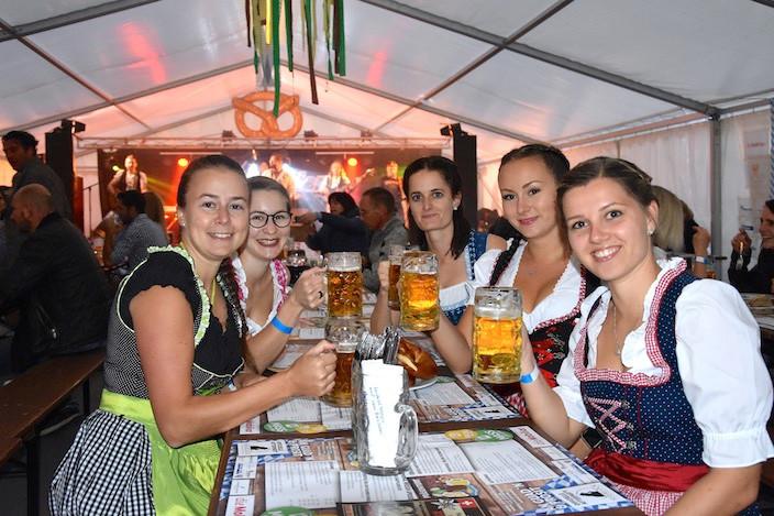 Bei der Verlosung auf Facebook haben diese Freundinnen aus Meiringen «einen Tisch» gewonnen: Ursula Tännler, Melanie Gasser, Steffi Gisler, Linn Brestrup und Alexandra Felder (vlnr).