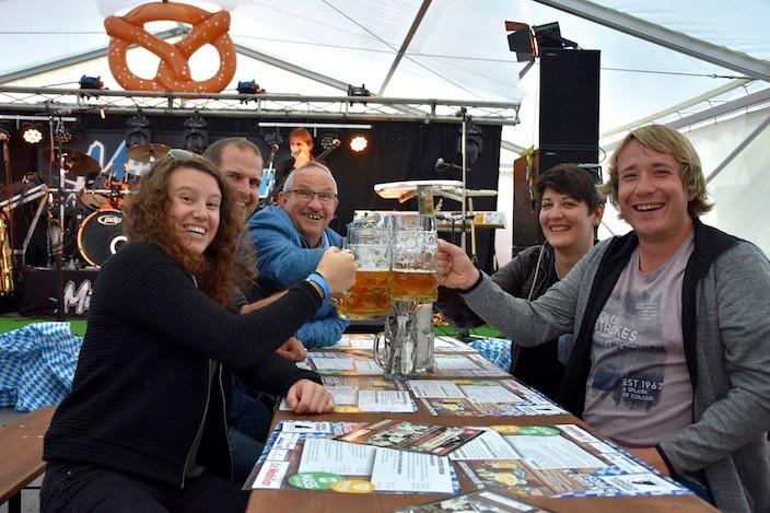 Corinne Goetz (links) hat Tickets gewonnen, hier ein Teil ihrer Begleiter, Domenic Vogelsanger, Hansruedi Jaggi, Carmen Rösch und Sven Huber (vlnr), die anderen kämen etwas später, meint Goetz.