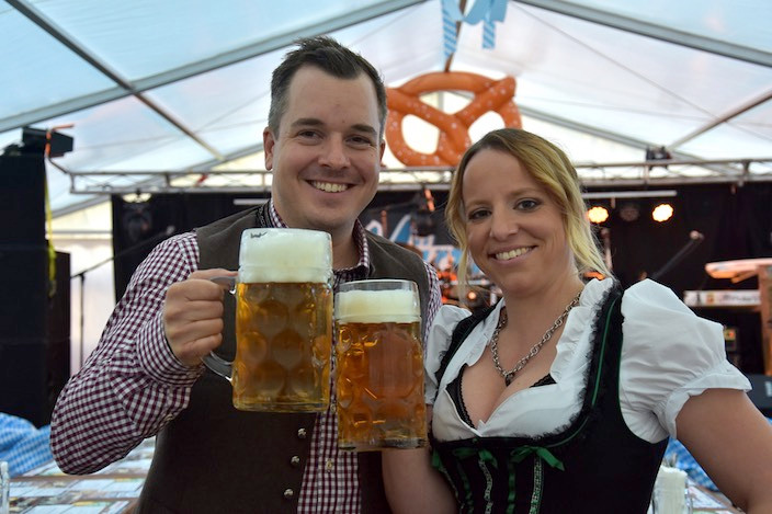Initiator Christian Bachmann stiess mit seiner Kollegin Isabelle Bienz aus Willisau an. Sie und ihr eingespieltes Oktoberfest-Team servierten an diesem Wochenende.
