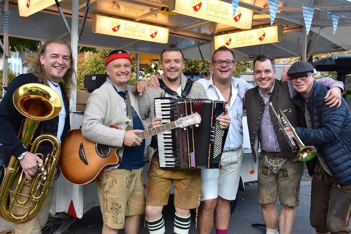 Die Mürztaler Musiker mit Hansi, Rado, Stefan, Werner, Christian Bachmann (Initiator) und Sepp starten mit ihrer mitreissenden Musik zuerst vor dem Zelt.