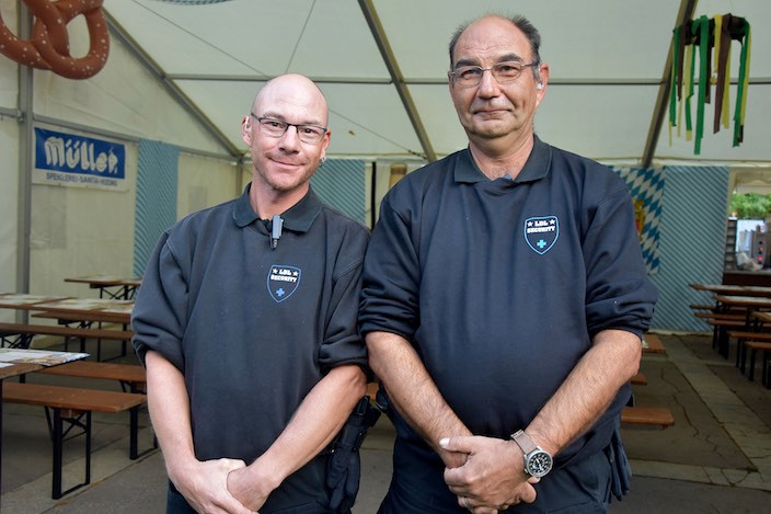 An den beiden Türstehern Reto Mäder (links) und Bruno Giuliani kam niemand ohne Armband vorbei.