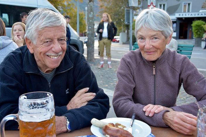 Heinz und Käthi Brechbühl von Heimberg landeten nach einer langen Wanderung über die Engstlenalp am HasliWiesn. Jetzt müssen wir etwas essen, meinten die beiden strahlend mit einer Brezn und Weisswurst auf dem Teller.
