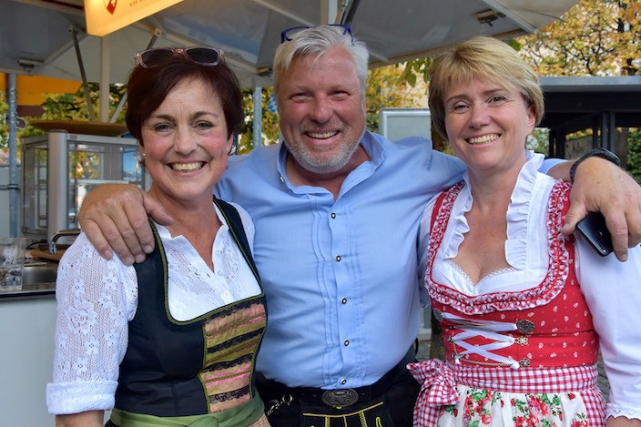 Peter Margowski, Geschäftsführer von Jungfraubräu und Bierbrauer des Haslital Biers, mit den beiden Ausschankdamen Christine Schneider (links) und Irène Flück.