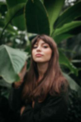 Posando en jardín tropical