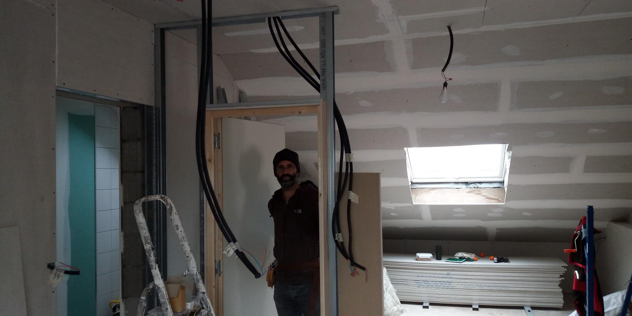 instalation de bloc porte avant le placage
