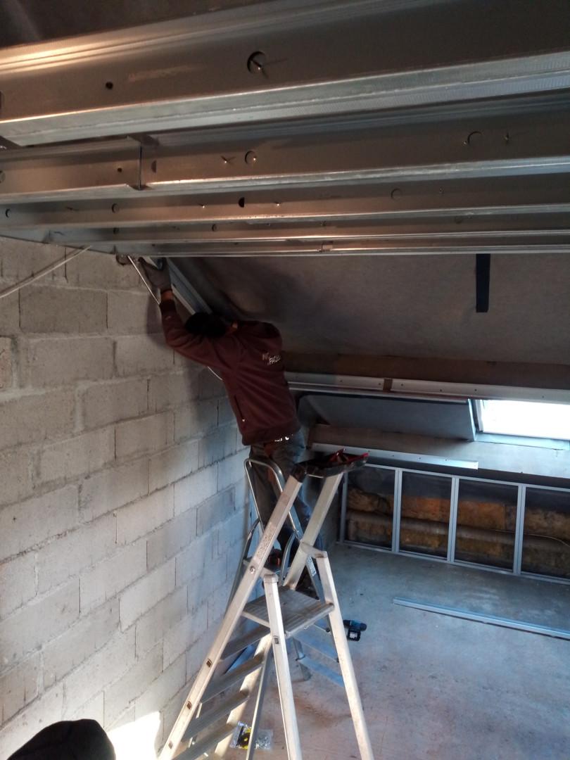 pose d'un faux plafond autoportant