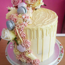 single tier with drizzle and macarons