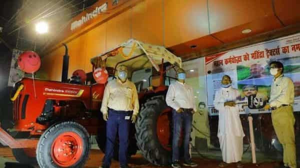 A TRACTOR GIFTED BY ANAND MAHINDRA TO A FARMER WHO DUG 3 KM CANAL IN 30 YEARS | AUTO INDUSTRY NEWS| AUTO REPORTER