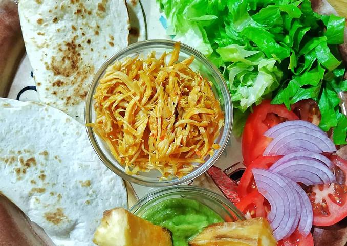 tortilla de trigo,pollo marinado al wok y yuca con guasacaca