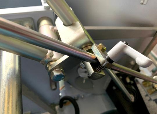 手元操作式案内棒の固定具
