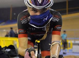 cycliste avec un masque et une prothèse au bras gauche
