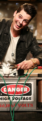 Vincent C Humoriste | Magicien décor Batterie 50 000 Volts