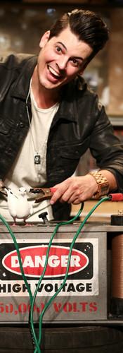 Vincent C Humoriste   Magicien décor Batterie 50 000 Volts
