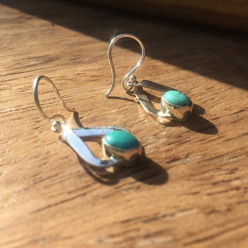 Boucle d'oreille triangulaire avec pierre turquoise