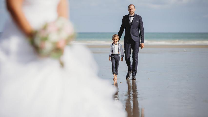 Séance photo des mariés sur la plage