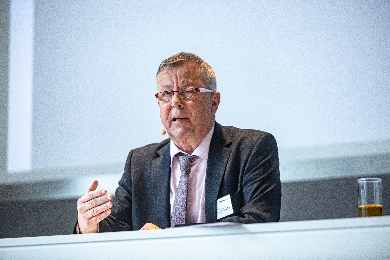 Jury-Leiter Hermann-Josef Berg gibt