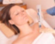 Mesoglow ist ein profilaktisches Anwendungsverfahren, um die Haut bereits in jüngeren Jahren vor Alterungseinflüssen zu schützen.  Feine Fältchen verschwinden
