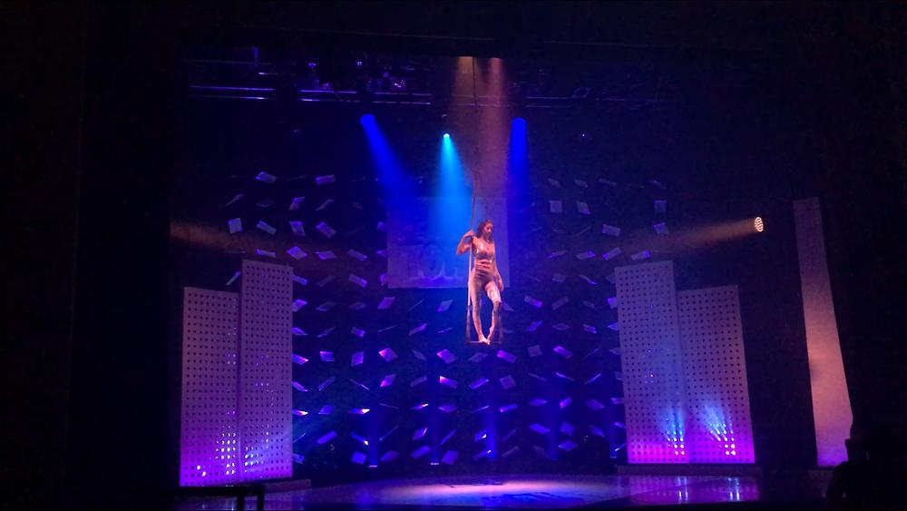 Trapez Showact in der Varieté Show Funky Town im GOP Varieté