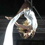 Perfekte Unterhaltung mit der Künstlerin von Mareike Koch Artistik am Vertikaltuch bei einem Event