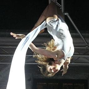 Tuchakrobatin Mareike Koch am Vertikaltuch, Luftakrobatik und Unterhaltung an Aerial Silks bei einem Event