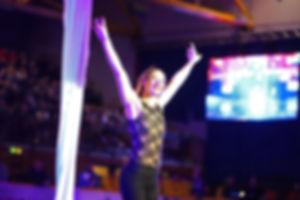 Artistin Mareike Koch nach ihrer Show am Vertikaltuch