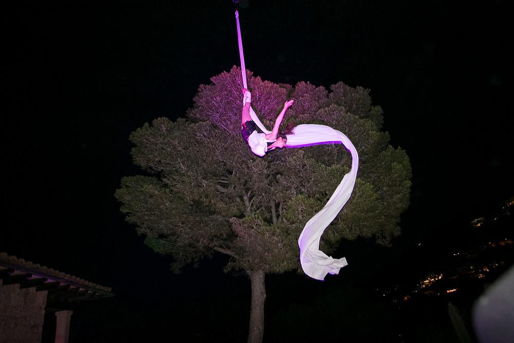 Künstlerin am Vertikaltuch performt ihren Showact bei einem outdoor event