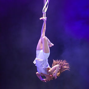 Luftakrobatik, Strapaten, Artistik, Fußhand, Kopfüber, Frauen an ungewöhnlichen Requisiten