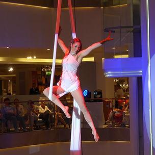 Vertikaltuch Artistin macht Akrobatik an Tüchern bei einer Firmenfeier